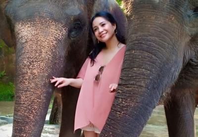 Tampilan Ayu Nagita Slavina dengan Dress Monokrom Rancangan Biyan