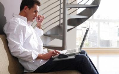 Hindari! Ini Bahaya Sering Memangku Laptop bagi Kesehatan