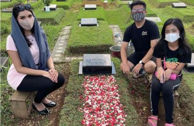 Pakai Kerudung saat Ziarah Makam, Millen Cyrus Tuai Kritik Netizen