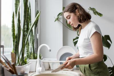 Jangan Cuci Piring ketika Ada Badai Petir, Ini Bahaya yang Bisa Terjadi