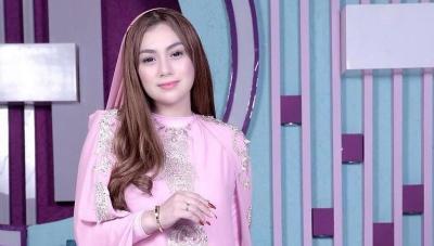 Cantiknya Celine Evangelista Tampil Tertutup Pakai Abaya Pink Sambut Ramadhan