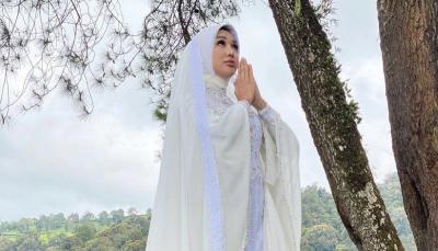 Bulan Puasa Lucinta Luna Tutup Aurat, Netizen: Kaya Boneka Barbie