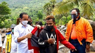 Menerka Harga Jaket Merah Presiden Jokowi untuk Frans Pemuda NTT