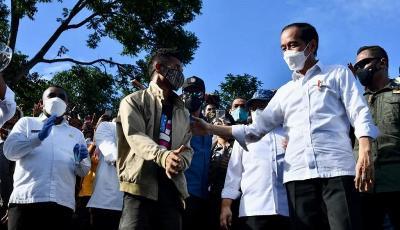 Momen Presiden Jokowi Hadiahi Jaket Kesayangan untuk 2 Pemuda NTT