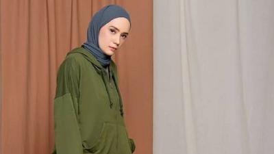 4 Gaya Hijab Sporty Casual ala Putri Anne, Istri Arya Saloka yang Cantik