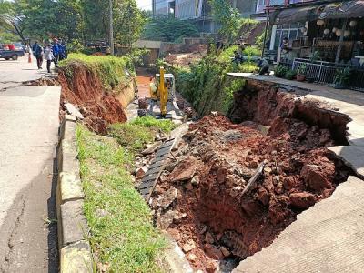Jalan di GDC Depok Ambles, Alat Berat Dikerahkan ke Lokasi