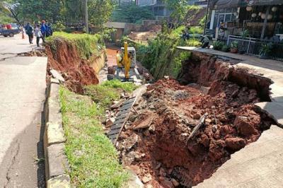 Jalan GDC Amblas Diduga karena Faktor Usia