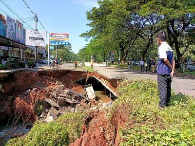 Jalan GDC Depok yang Ambles Ditutup Sampai Perbaikan Selesai