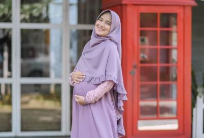 Resmi Jadi Ibu, Intip Lagi Gaya Syari Nadya Mustika saat Hamil Besar
