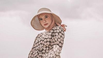 5 Gaya Mix and Match Hijab dan Dress ala Zaskia Sungkar