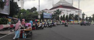 Pedagang Takjil di Masjid Akbar Kemayoran Patuhi Prokes