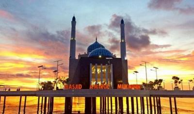 Indahnya Masjid Amirul Mukminin yang Terapung di Pantai Losari