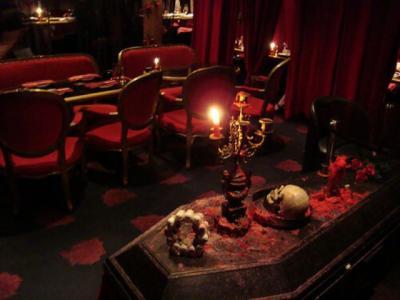 Berani Masuk Kafe Vampir, Suasananya Horor Penuh Darah dan Tengkorak