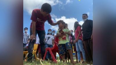 Rian D'Masiv Hibur Anak-anak Korban Bencana NTT