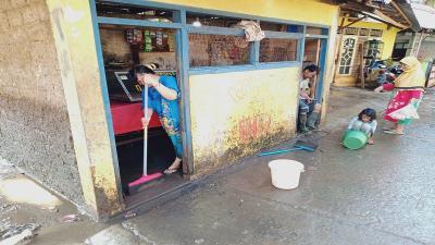 Banjir di Cipinang Melayu Surut, Petugas Bersihkan Sampah di Kali Sunter, Warga Sibuk Bersih-bersih Rumah