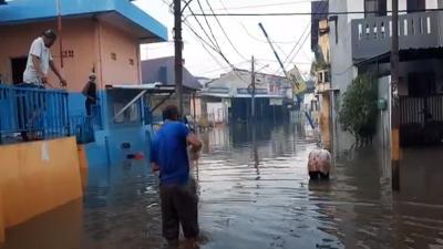 Banjir 1 Meter Masih Merendam Komplek Dosen IKIP di Jati Asih Bekasi