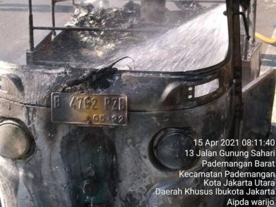 Bajaj Terbakar di Depan Mangga Dua Square