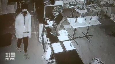 Toko Pizza Ini Sudah Dirampok 3 Kali, Malingnya Terekam CCTV Lagi