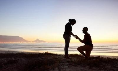 Melamar Kekasih, Pria Ini Bawa 5 Cincin Pertunangan Sekaligus!