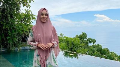 4 Gaya Hijab Syari Kartika Putri, Anggun dan Cantik