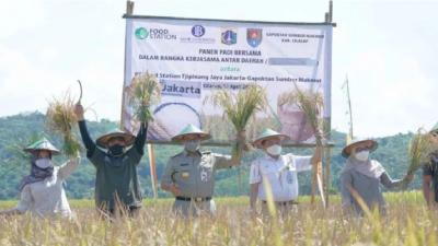 Anies Targetkan 2.964 Tonton Beras dari Hasil Kolaborasi dengan Petani di Cilacap