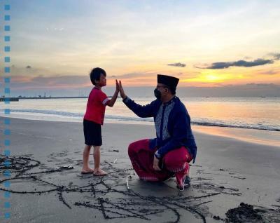 Sambil Sarungan, Anies Nikmati Sunrise dan Main di Pantai Teluk Penyu