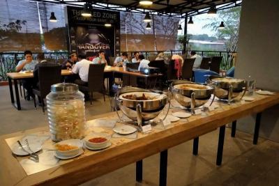 Buka Puasa di Karawang, Cobain Makanan Kaki Lima Masuk Hotel