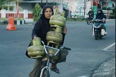 Viral Foto Emak-Emak Bawa 4 Tabung Gas Sekaligus, Netizen Terenyuh