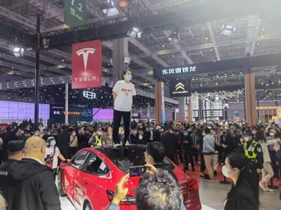 Protes, Wanita Ini Injak Atap Mobil Tesla saat Pameran Bikin Heboh