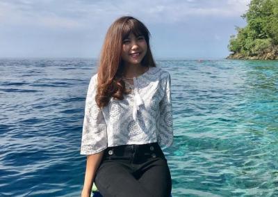 Intip Pose Pramugari Eva di Tebing Pantai, Netizen: Awas Jatuh Yang!