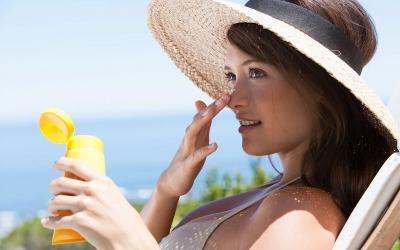 Apakah Cukup Pakai Makeup dengan SPF Tanpa Gunakan Sunscreen?