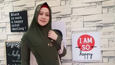 4 Gaya Hijab Shinta Tanjung, Istri Ustadz Zacky Mirza yang Cantik
