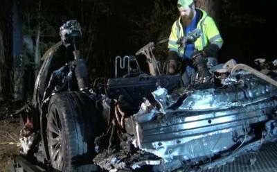 Mobil Swakemudi Tesla Kecelakaan, 2 Orang Tewas