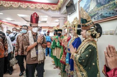 Sandiaga Uno Keliling Sumbar Bangkitkan Kuliner dan Pariwisata Berbasis Keindahan Alam