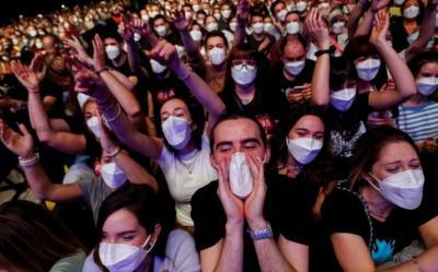 Asyiknya 5.000 Penonton Bisa Nonton Konser Tanpa Jaga Jarak