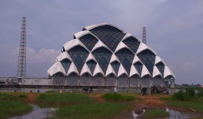 Kemegahan Masjid Al Jabbar Jadi Lokasi Ngabuburit, Ada Juga yang Memancing