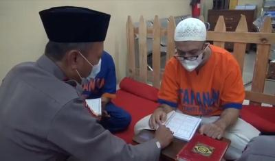 Tahanan Polda Jatim Gelar Tadarus Al-Quran, yang Belum Lancar Dibimbing Polisi