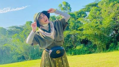 4 Gaya Hijab April Jasmine, Istri Ustadz Solmed yang Viral