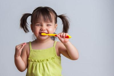 Yuk Bantu Anak Belajar Menyikat Gigi