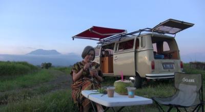 Sensasi Wisata Ngabuburit dan Buka Puasa di Alam Terbuka Naik Mobil Van Klasik