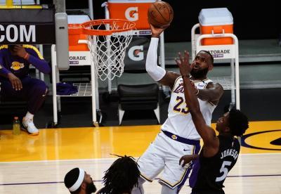 Gawat! Cedera LeBron James Kambuh saat LA Lakers Keok