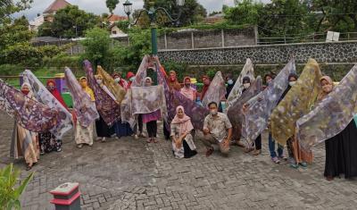 Hijabers Binaan Lazismu Gelar Fashion Show Berbahan Ecoprint