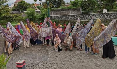 Hijabers Ibu-Ibu Binaan Lazismu Berani Tampil  di Fashion Show Berbahan Ecoprint