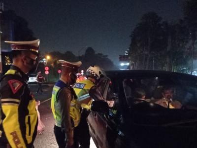 Jelang Penyekatan Mudik, Polisi Amankan 2 Travel Gelap di Jalur Puncak