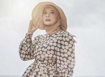 5 Gaya Cantik Zaskia Sungkar, Penjamin Ayahnya Mark Sungkar Jadi Tahanan Kota