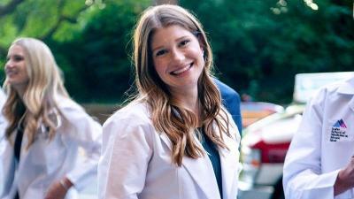 5 Penampilan Cantik Jennifer Gates Pakai 'White Coat', Pewaris Bill Gates yang Cerdas!