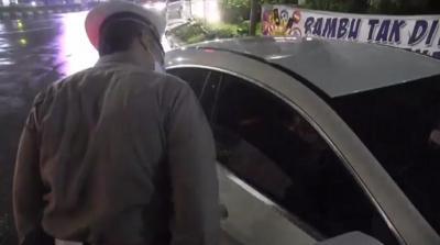 Larangan Mudik Diberlakukan, Petugas Periksa Kendaraan Hendak Melintas ke Tol Cikampek