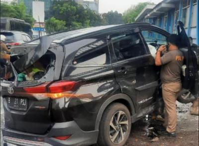 Kecelakaan di Salemba, Minibus Ringsek Usai Tabrak Pembatas Transjakarta