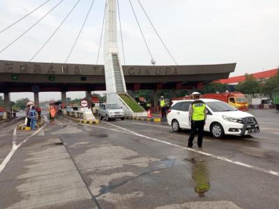 Nekat Mudik, Ratusan Kendaraan Diminta Putar Balik di Tol Tangerang-Merak