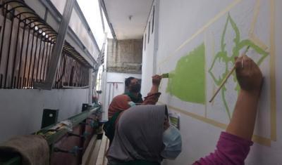 Cara Manfaatkan Luang Waktu Bulan Ramadhan, Belasan Milenial Memural dan Bersihkan Musala dan Masjid